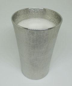 錫製タンブラーとクリーミーな泡