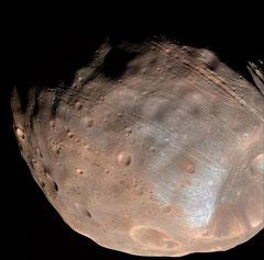 Farbbild von Phobos, Mars Reconnaissance Orbiter, 2008 (NASA/JPL-Caltech/University of Arizona)
