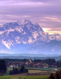 Der Blick von der Ludwigshöhe: über Ergertshausen zur Zugspitze