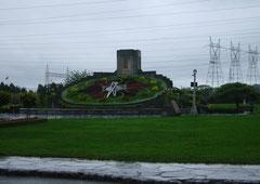"""Die Blumenuhr (""""Floral Clock"""")  im Regen"""