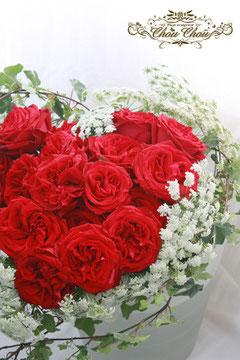 赤い薔薇とホワイトレースフラワーのハートの花束