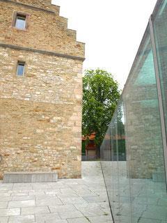 Das Untergeschoss der Stadtbibliothek wird durch einen 33 Meter langen Glasaufbau beleuchtet