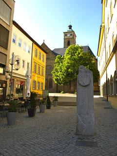 """Stele """"Lichtzeichen"""" und St. Johanniskirche"""