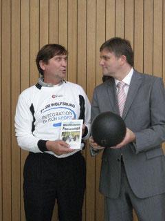 Nach dem Volleyball-Match: Sport- und Innenminister Uwe Schünemann (rechts) und Manfred Wille