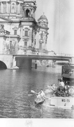 Die jungen Paddler wurden durch die Wasserschutzpolizei vor den Palast der Republik transportiert und die Boote zu Wasser gelassen