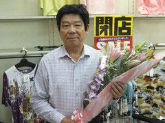 お客さんから贈られた花束を手に