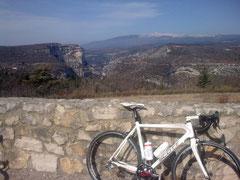 Vue sur le Ventoux et les gorges de la Nesque depuis le belvérère de St Hubert.Pour agrandir cliquer sur la photo