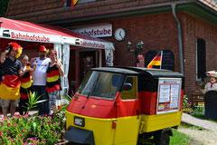 Die fußballverrückte Crew der Bahnhofstube in Zühlsdorf