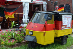 Schwarz-rot-goldener Lieferwagen der Bahnhofstube in Zühlsdorf