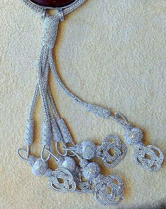 Silberkette, Quasten mit Endlosknoten