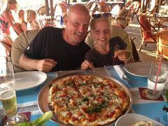 Mit Hannah nach getaner Arbeit auf Belohnungsriesenpizza in der Katoi Bar
