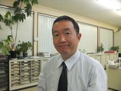 税理士の写真、パキラが育ちすぎの事務所にて