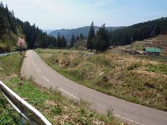 交通量の少ない山間部の農村を抜けていく