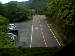 鞍掛トンネルの上から駐車スペースをみる