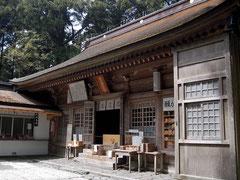 本宮山の砥鹿神社。近くに自販機もあり