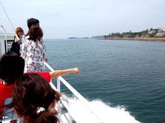 高速船で三河湾を行く。島はすぐそこ