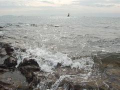 師崎で打ち寄せる波と伊勢湾をパシャ