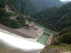 堤高は161m。日本のダムで第3位の高さ