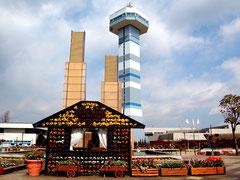 春の空をバックにそびえる展望タワー