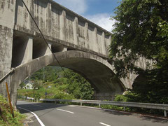 今も発電のための水が流れている柿其水路橋