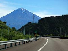 夏は冠雪が消える富士山。新東名高速で