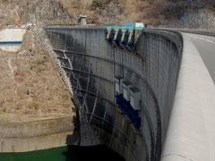 矢作川水系で最大の矢作ダム、高さは100m