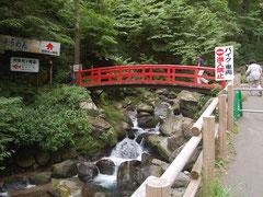 橋を渡ればすぐに阿弥陀ヶ滝荘がある