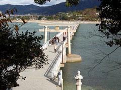 鳥居をくぐれば竹島。島全域が神聖な境内