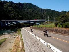 長良川沿いのR156。道脇を長良川鉄道がはしる