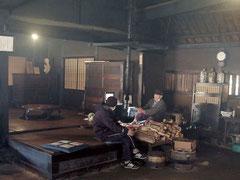 囲炉裏端で地元の人と触れ合える旧三宅家