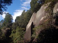 巨大な太郎岩を見上げながら散策