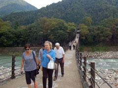 庄川に架かる全長107mの吊橋、であい橋