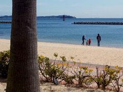 人影の少ない浜辺をのんびりと散策