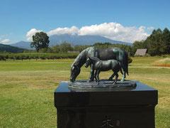 木曽馬の親子像。バックに見えるのが御嶽山