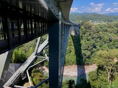 天龍峡大橋の桁下が歩道になっている新名所