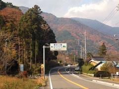 県道56号を北へ。正面に見えるのは養老山麓
