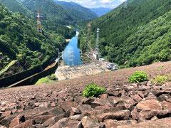高さ127.5m、堤上道路からの眺め