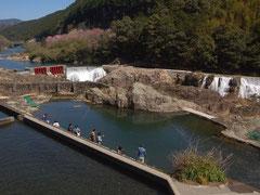 赤い堰堤から続く導水路が新城のナイアガラの滝