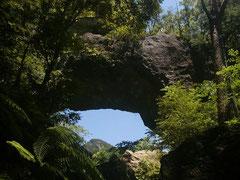 巨大な岩の橋のようにみえる通天洞