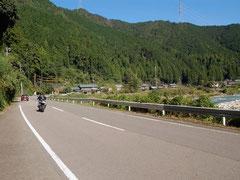 板取川沿いに続くR256はツーリング向き