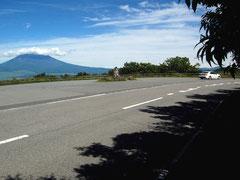 富士山をバックに芦ノ湖スカイラインを進む