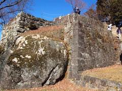 巨岩が組み込まれた大矢倉(おおやぐら)