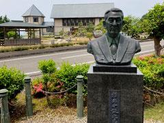 杉原氏の銅像の後ろが杉原千畝記念館