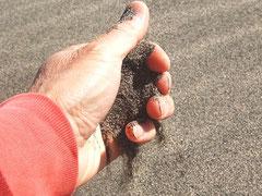 サラサラと乾燥していて、粒の細かい砂