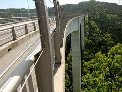 新旅足橋は谷底から約200mの高さ