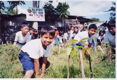 苗木は植えてからが大変。水やりや草刈りなど苗木の世話も子どもたちが行います。