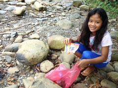学校近くの河原の清掃も、大切な活動の一つ