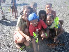 マングローブを楽しんで植える子どもたち