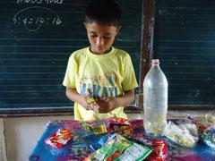 ペットボトルに、小さく切った袋などを詰めます