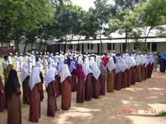 イスラム教の教えに従った正装で登校します。